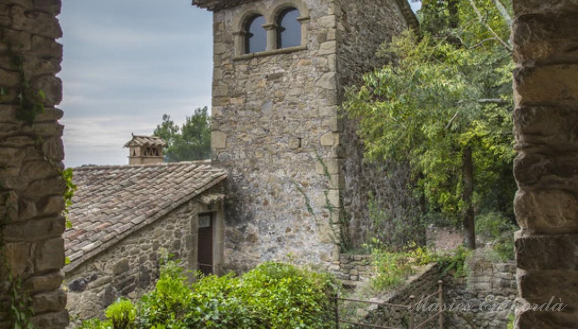 Detalle de la torre de defensa de la casa desde el porche del anexo exterior