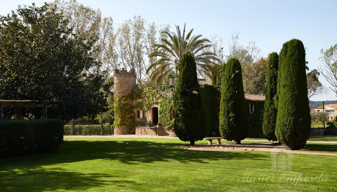 Vista general de la casa desde jardín