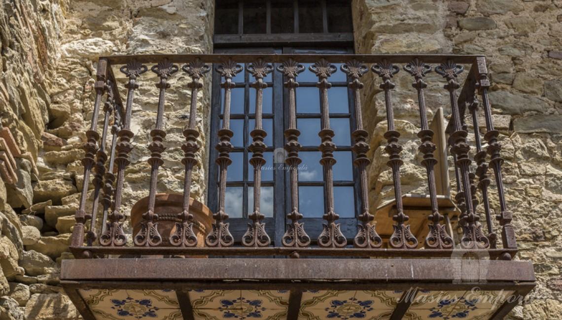 Detall de la forja del balcó d'una de les finestres de la masia principal.