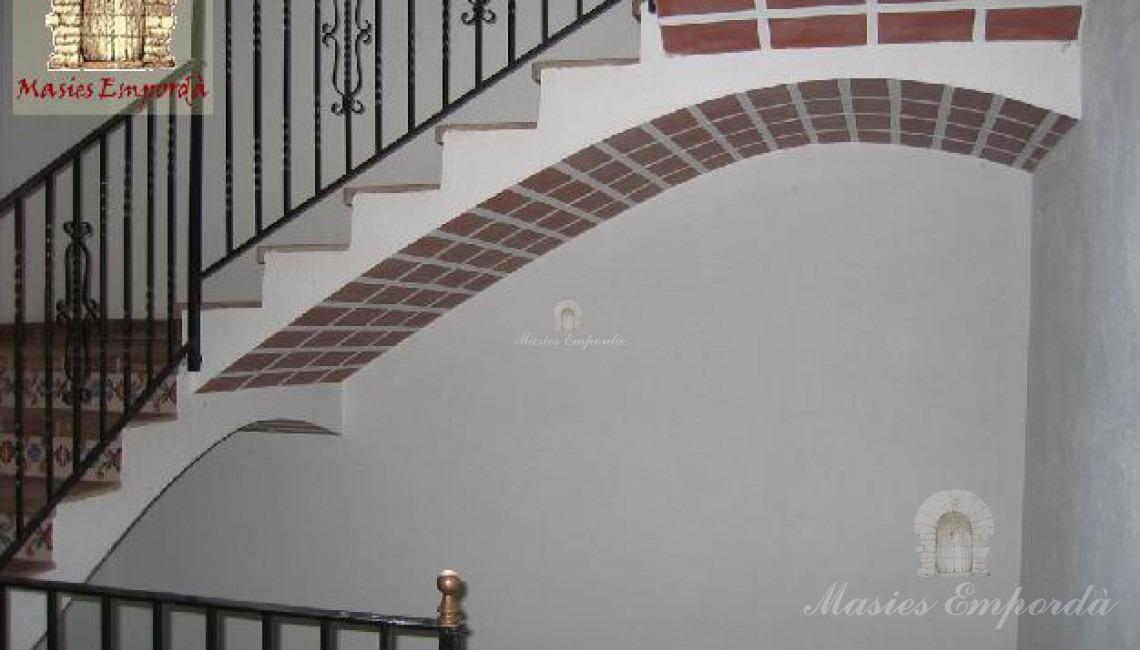 Escalera de acceso a plantas de la casa principal
