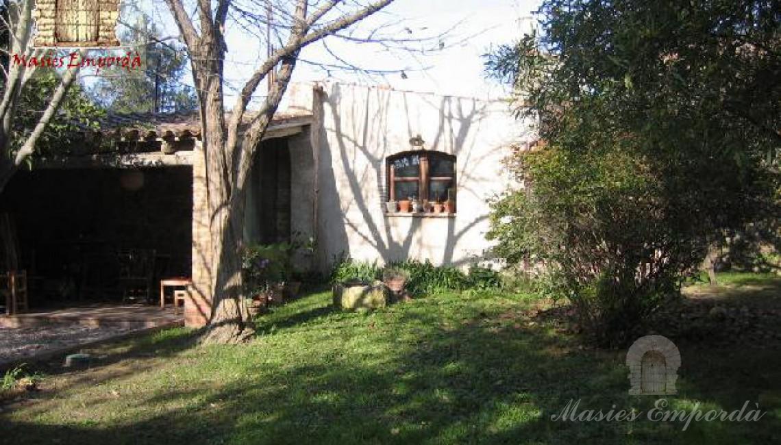 Vista del porche del jardín y caseta de herramientas de trabajo