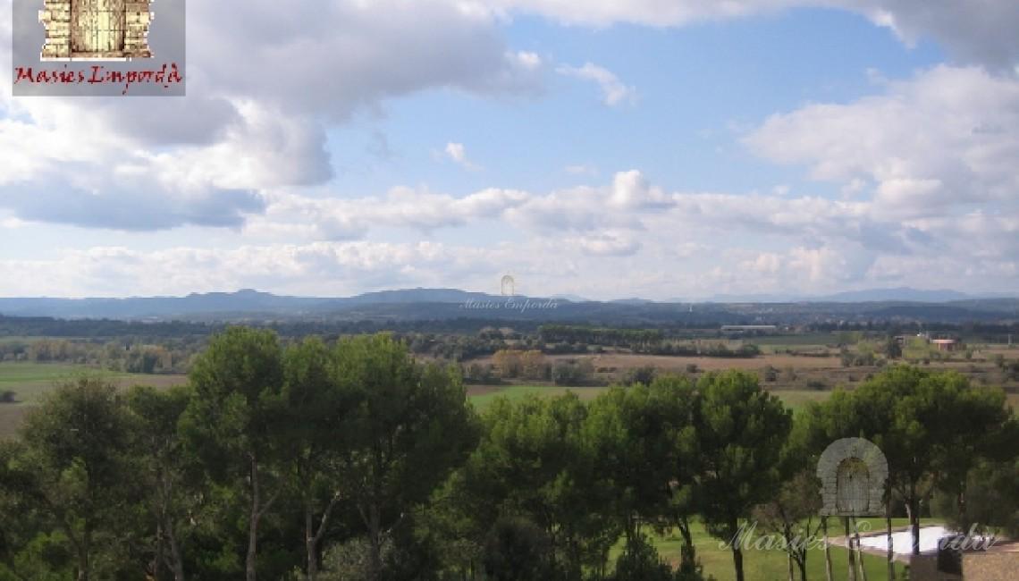 Vista del jardín y del valle de Ullastret en el Baix Empordà