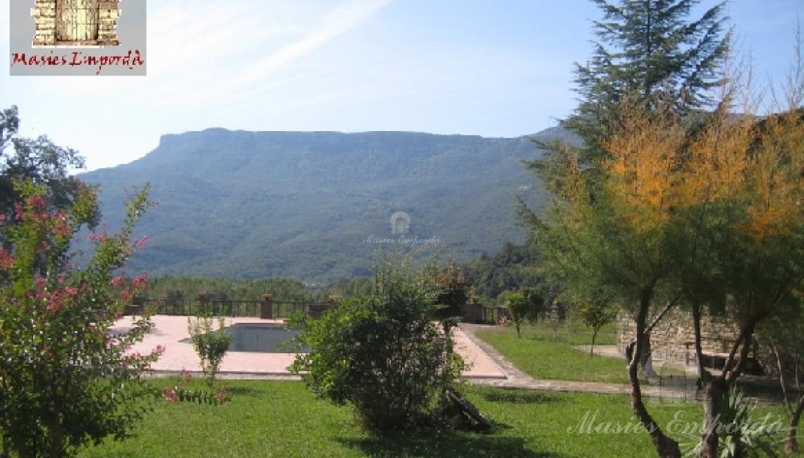 Vista del jardín y la piscina
