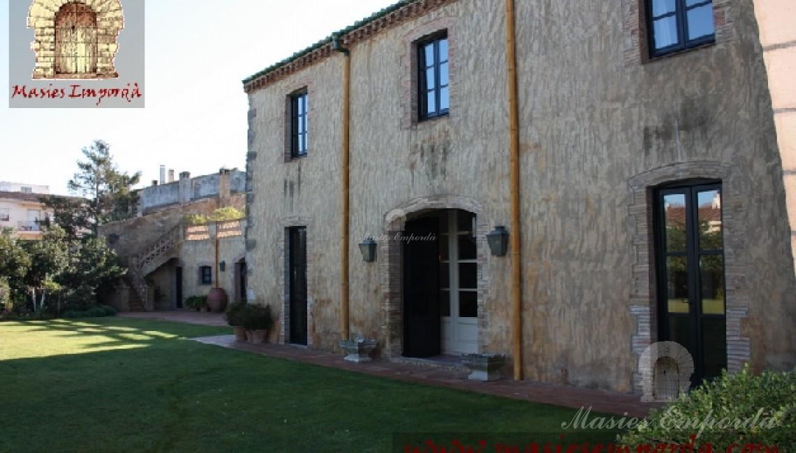 Fachada interior de la casa conde se aprecia las diferentes entradas desde el hall de entrada y los diferentes salones
