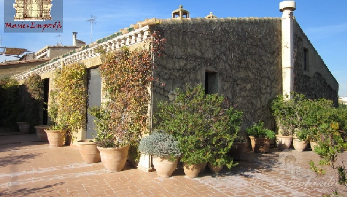 Angulo opuesto de la vista a la terraza ubicada en fachada sobre el porche corrido en fachada que la soporta donde se observa la planta segunda de la casa