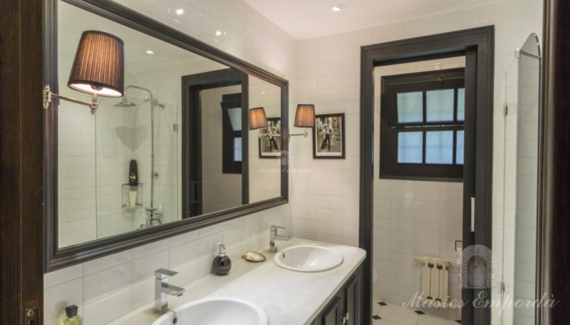 Un baño de las habitaciones con un gran espejo de pared a pared