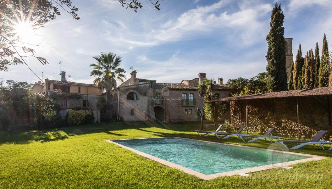 Vista general de la masia, piscina i jardí