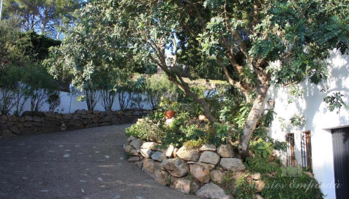 Rampa de acceso al jardín y piscina