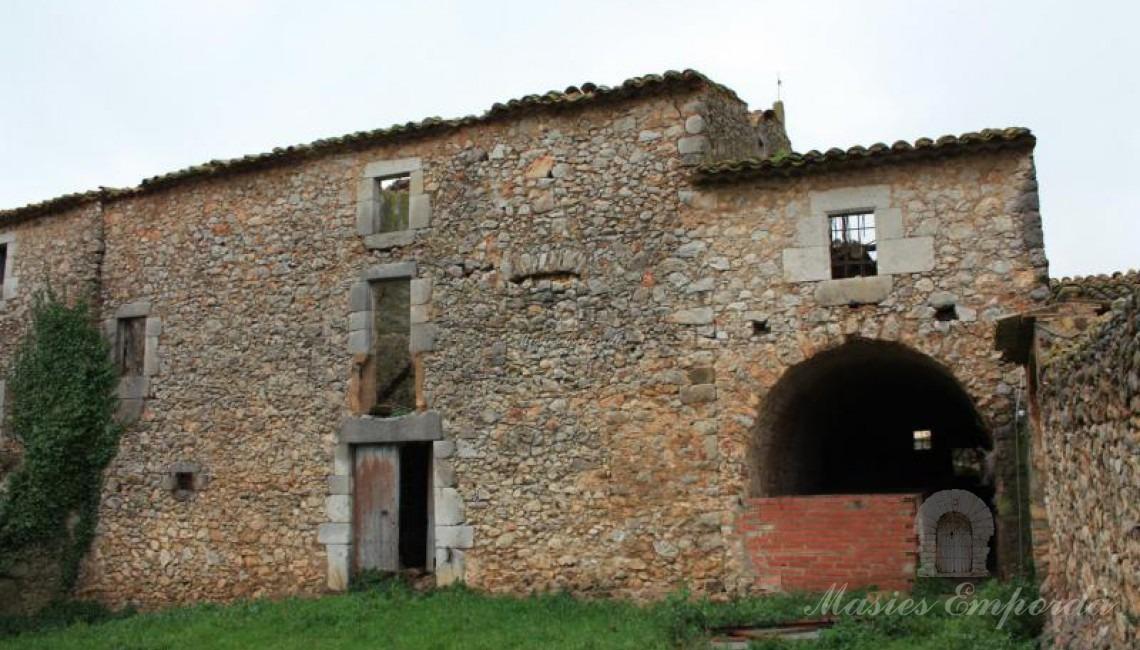 Parte de la fachada de la masía donde están la otra parte de las cuadras