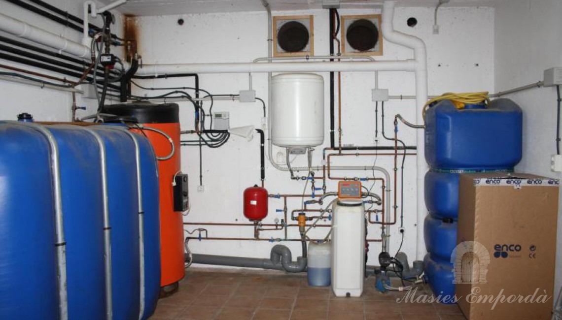 Sala de maquinas en el sotanbo de la casa junto al garaje.