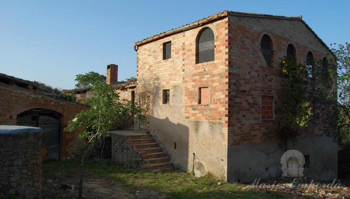 Vista de la façana de la masia