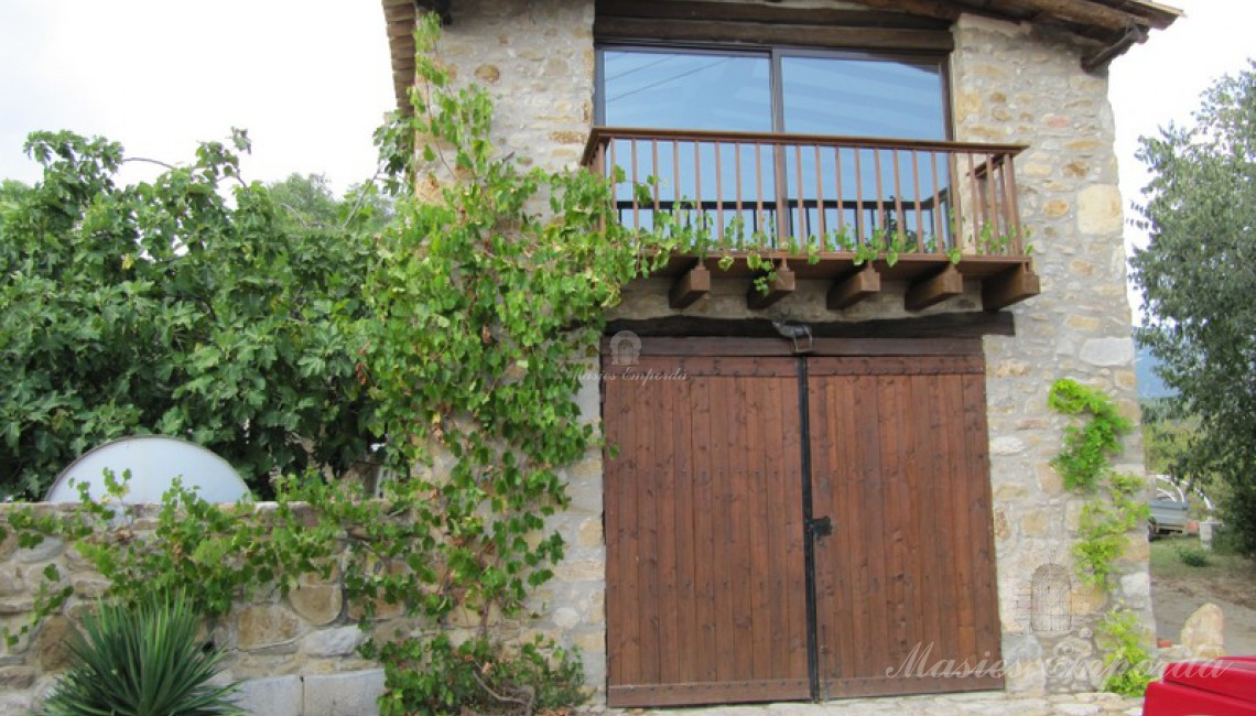 Fachada del anexo donde se encuentra el garaje y apartamento.