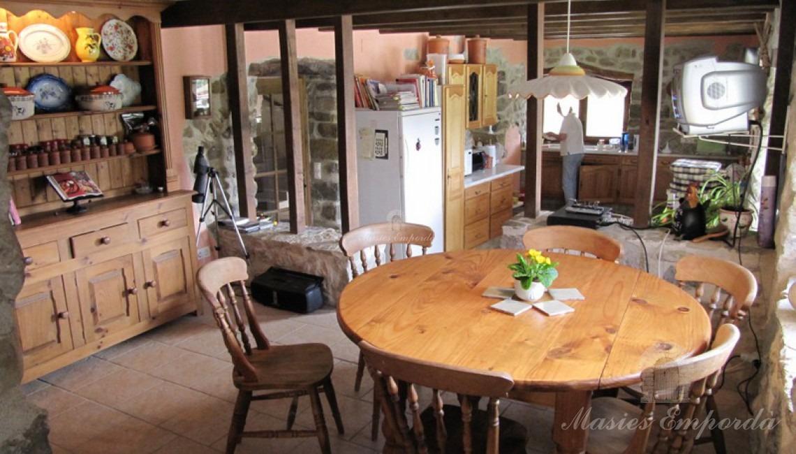 Vista desde el ángulo opuesto del comedor de diario ubicado en la cocina