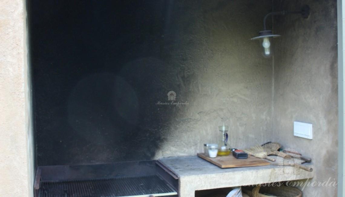 Barbacoa exterior junto a la pérgola de la cocina