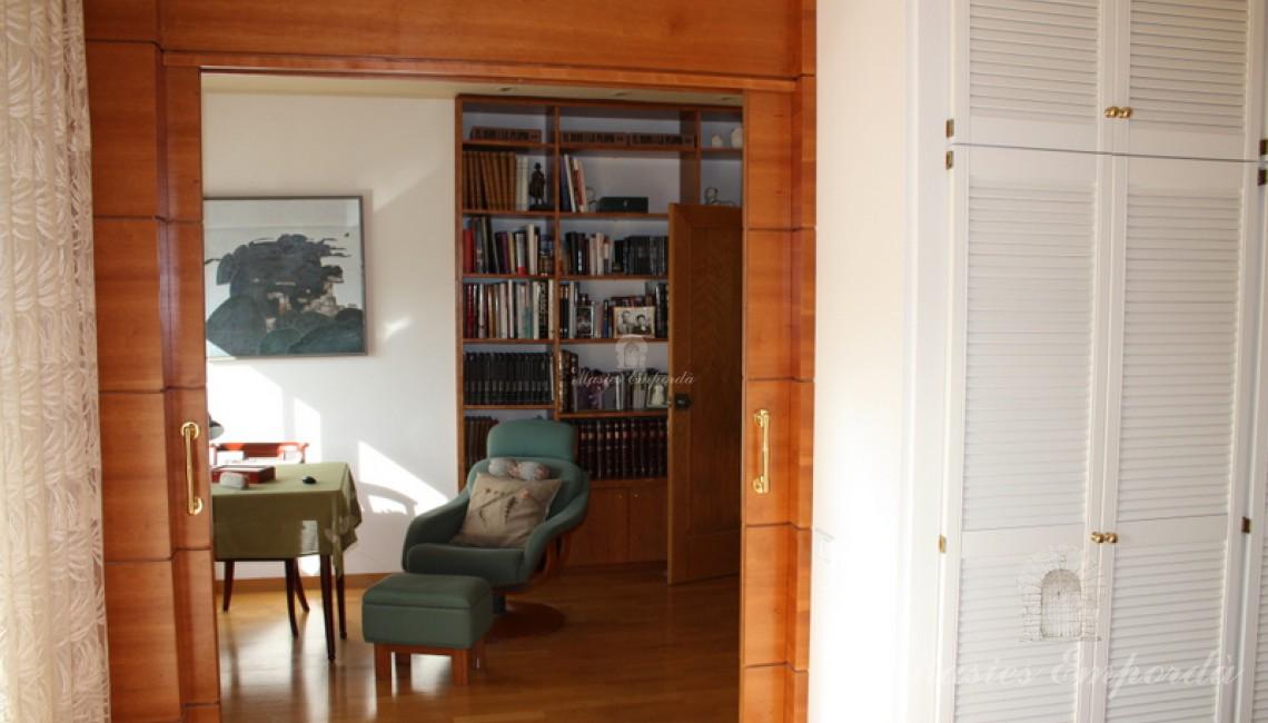 Vista del salón de estar de la suite principal de la casa