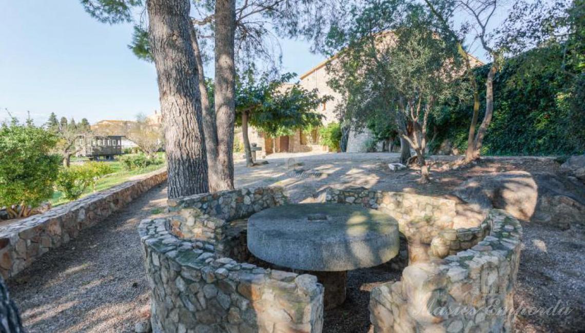 Mesa de piedra del jardín
