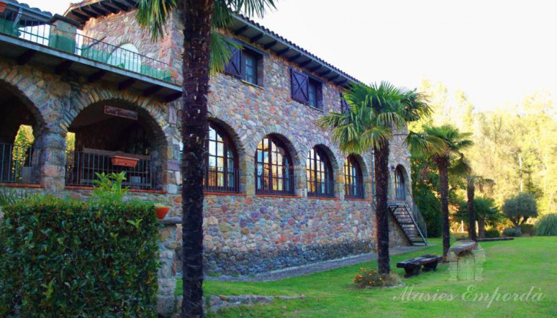 Fachada principal de la casa y anexos de la casa principal.