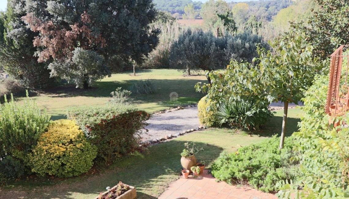 Vistas del jardín desde el hall distribuidor de la segunda planta