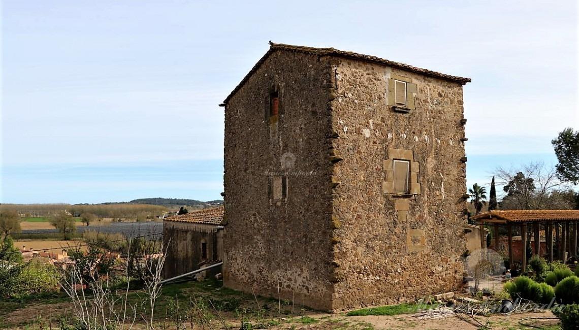 Desde otro ángulo vista de la antigua de torre de defensa del castillo que ahora forma parte de la Masía.
