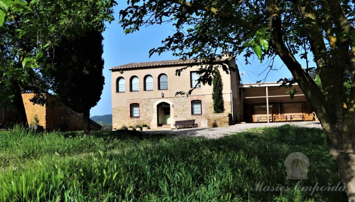 Detall de la façana de la masia