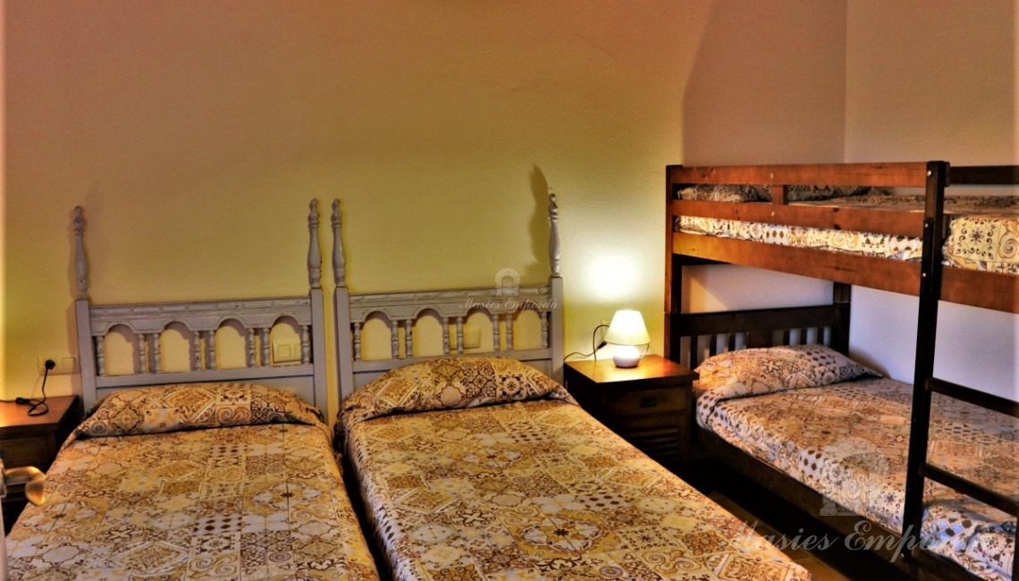 Una habitación doble con literas