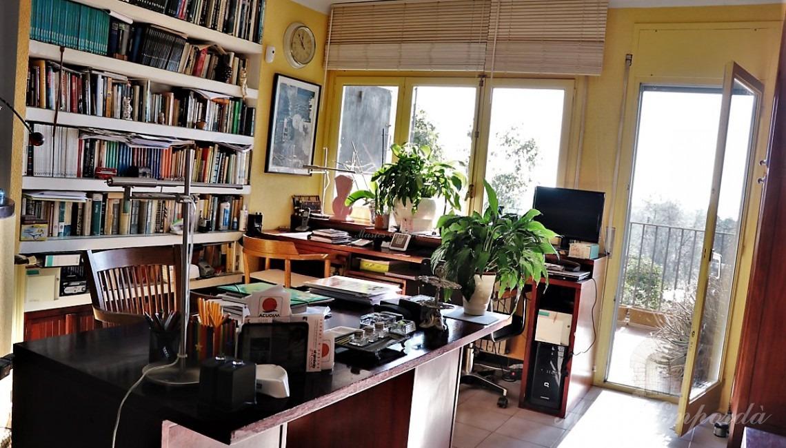 Des d'un altre angle el despatx amb sortida a terrassa amb vistes a la parcel·la