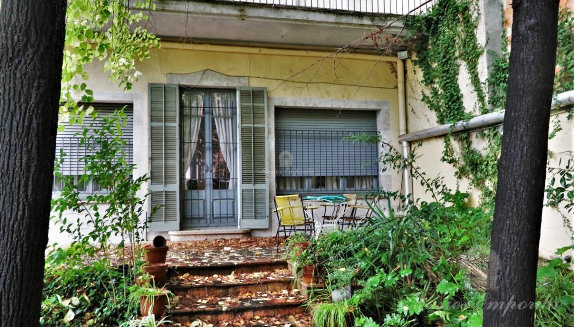 Façana lateral de la casa amb sortida al jardí