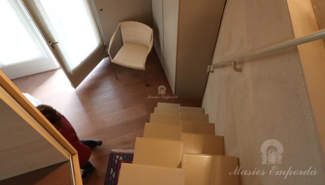 Escalera de acceso a buhardilla