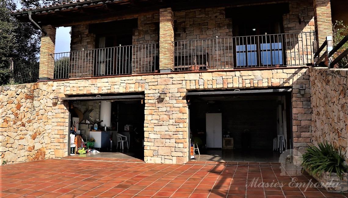 Detalle del acceso a garaje desde la calle.