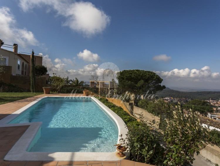 Vista de la piscina y las vistas a la comarca