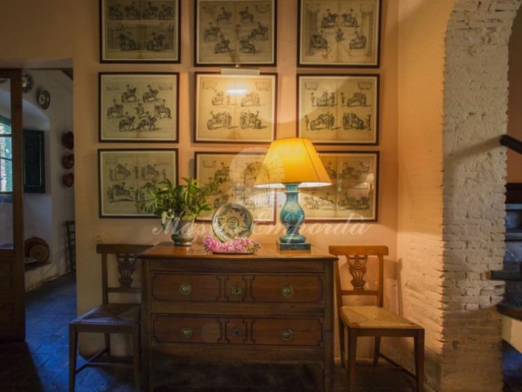 Detall de moble i gravats de l'hall d'entrada a la casa