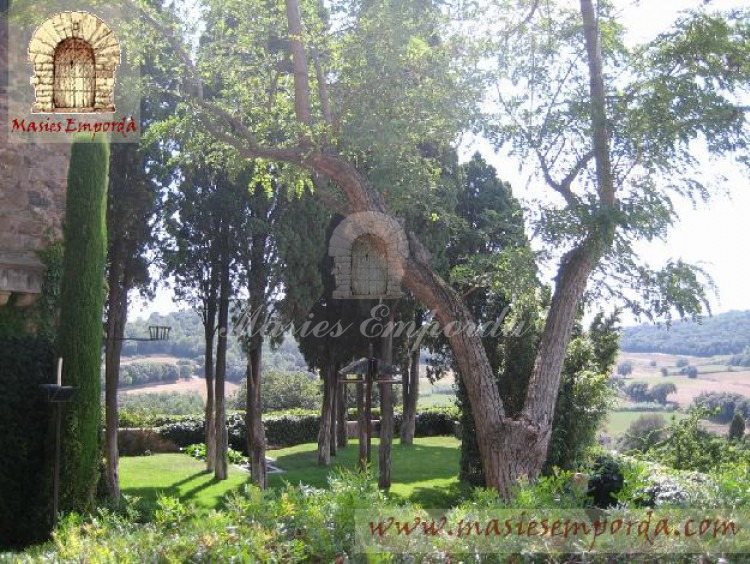 Vista del jardín que lo rodea la propiedad y del valle de Foixà