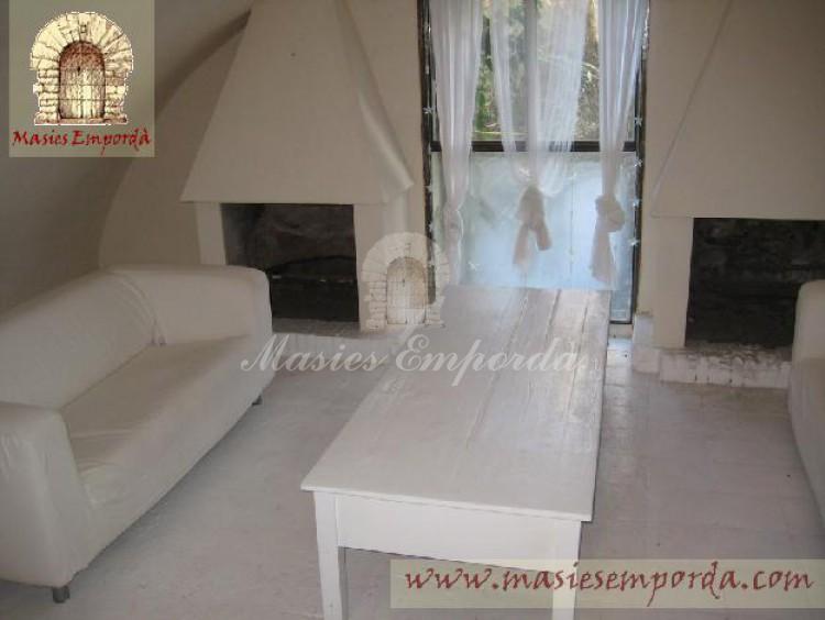Salones de la casa principal con dos chimeneas