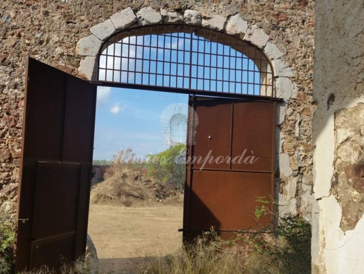 Puerta metálica de acceso al pajar por la parte interior de este