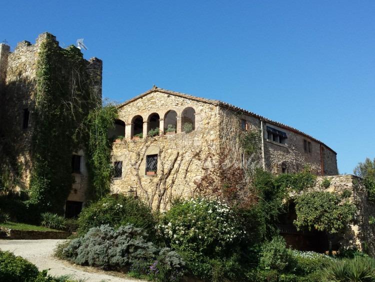 Facha principal de la Masía con la torre dando un sabor castellesco a la imagen
