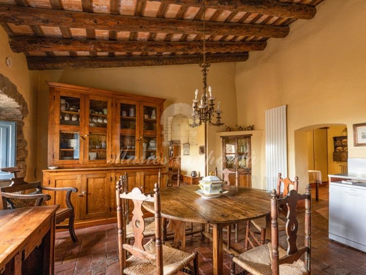 Gran cocina con office, despensa, con salida directa al jardín y al porche