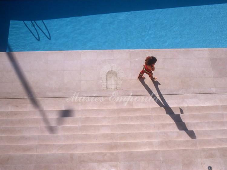 Detalle de la piscina vista desde la segunda planta de la casa