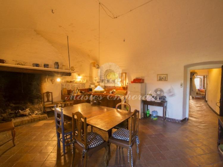 Cocina de la casa con chimenea en la segunda planta