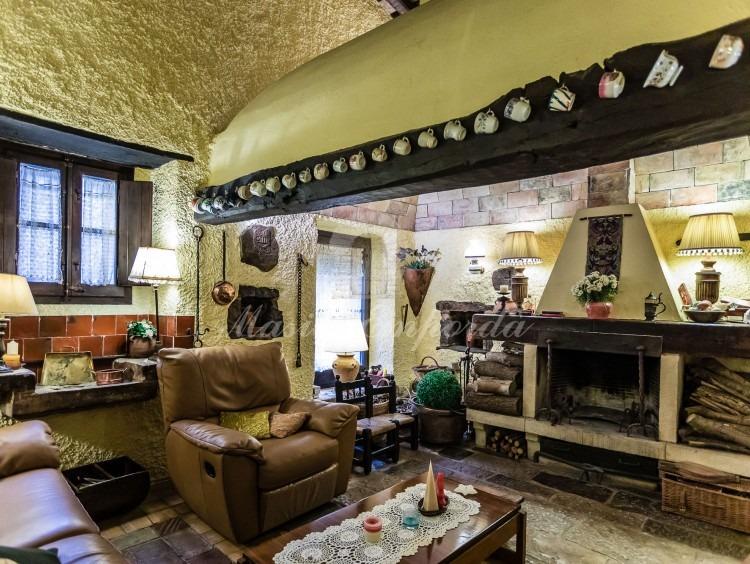 Vistes de la cuina original de la masia convertida en sala d'estar