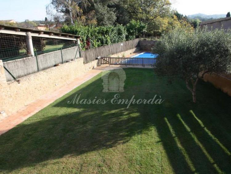Vista general del jardín y la piscina de la propiedad