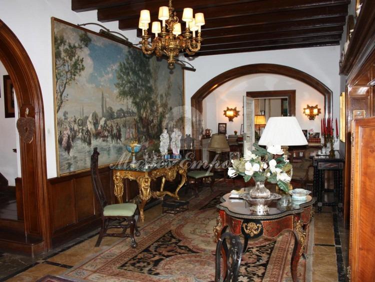 Hall de entrada un cuadro de un tamaño extraordinario cubierta con vigas a la vista de madera