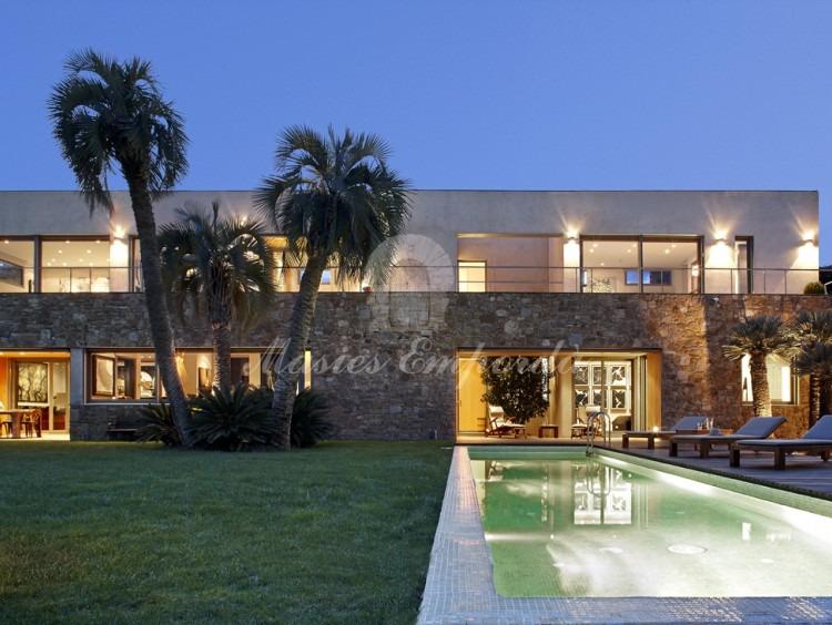 Vistes de la façana, jardí i piscina de la casa