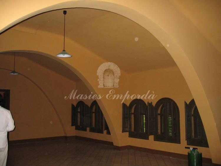 Espectacular y espaciosa buhardilla de la casa con varios arco de carga de cubierta y estructura a la vista.