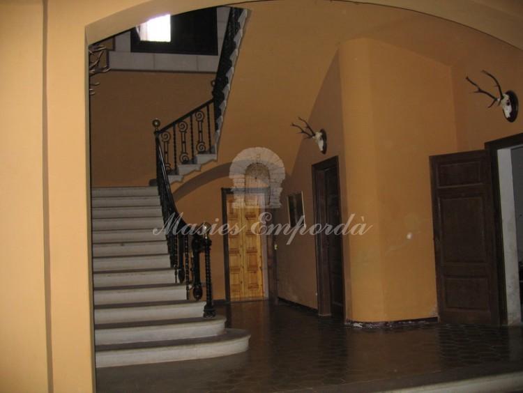 Hall de entrada con escalinata de acceso a plantas