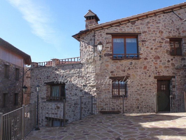 Vista de la façana d'una de les cases