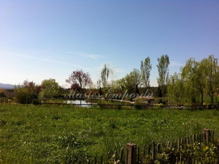 Vista panorámica de los cercados para caballo y el lago al fondo