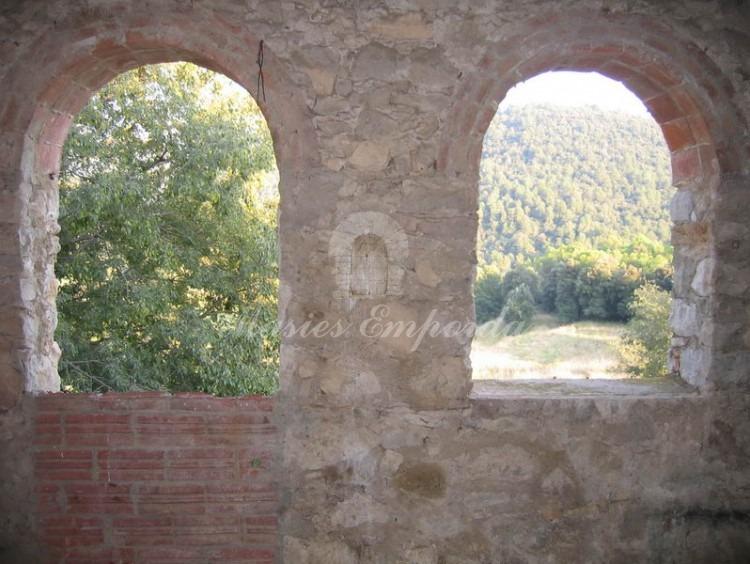 Salas de la segunda planta del castillo con vista a los campos