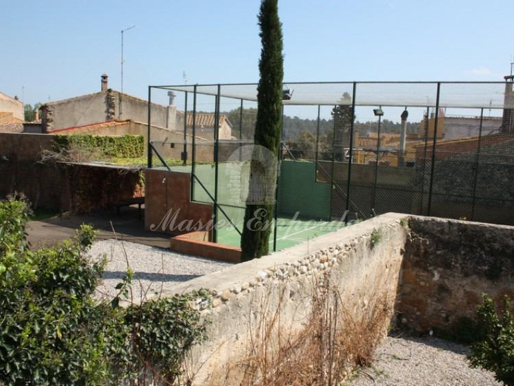 Vista el jardín de la casa y de la pista de tenis