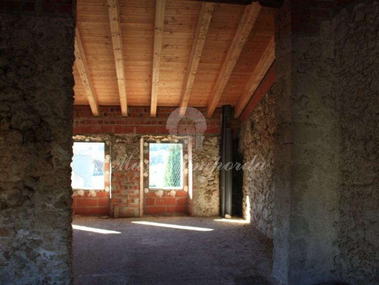 Ventanales al jardín de habitaciones de la tercera planta y detalle de cubierta con vigas de madera.