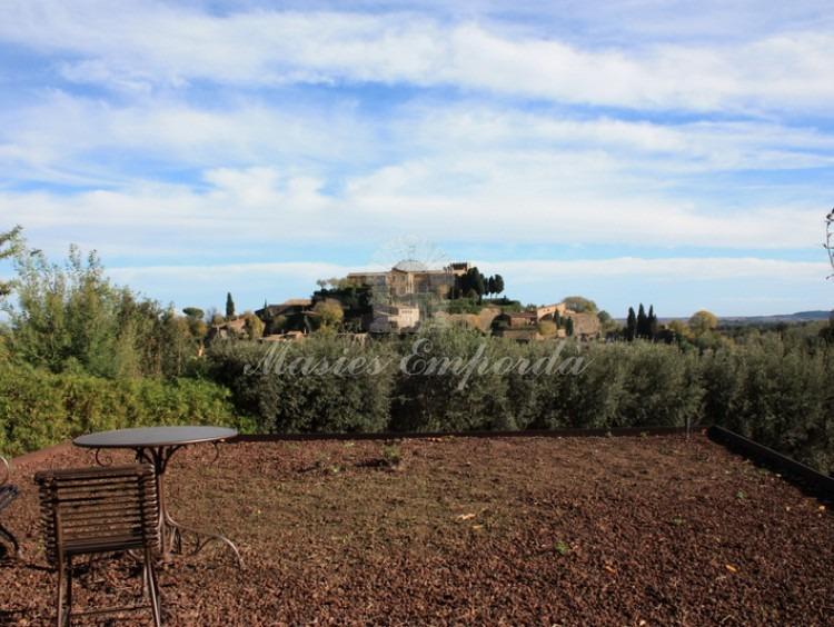 Terraza sobre el garaje con maravillosas vistas del castillo de Foixà y del Empordà
